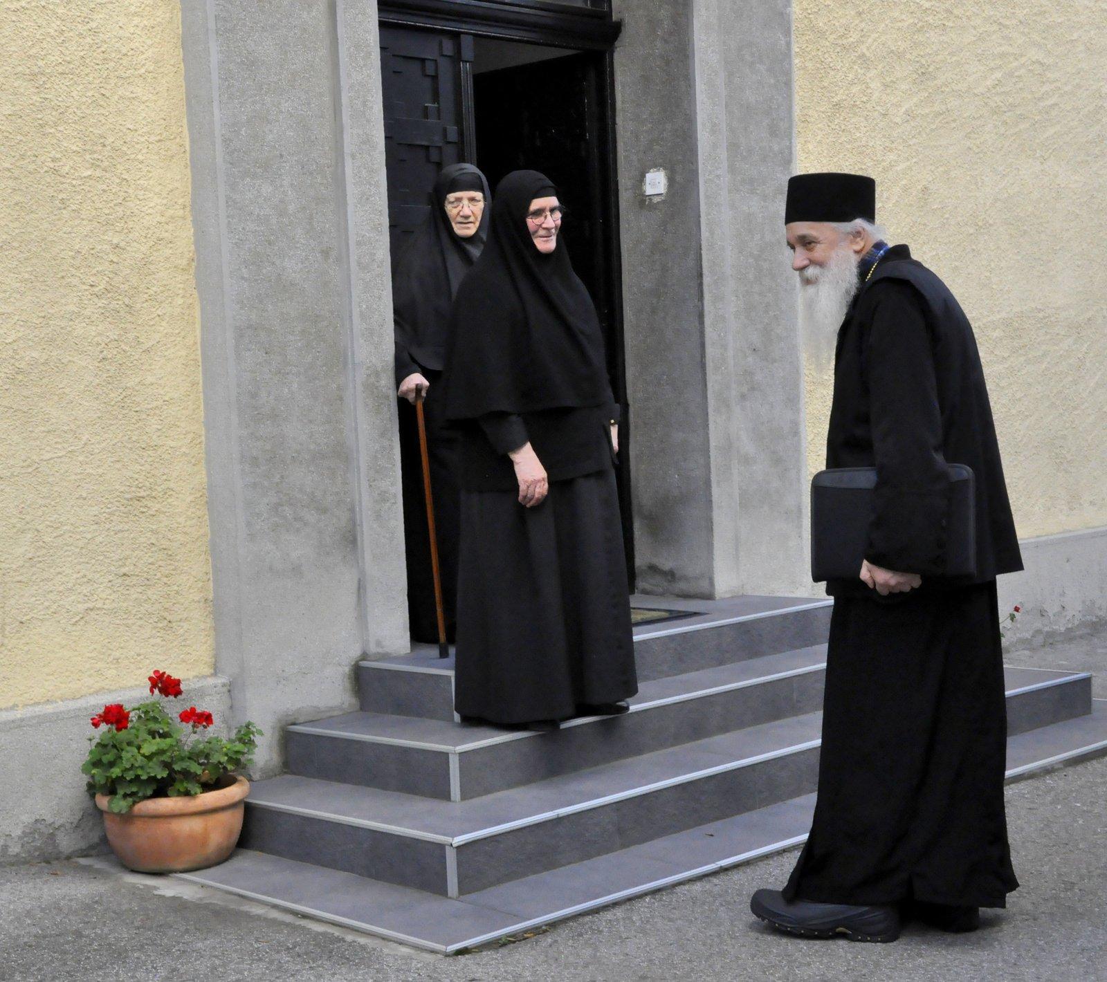отац Гаврило испред конака манастира Ваведење у Београду са мати Серафимом и мати Михаилом